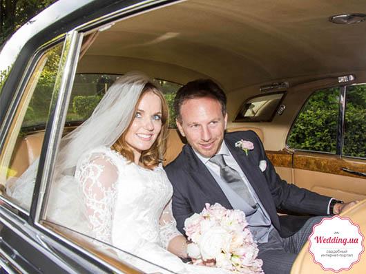 Молодожены в свадебном кортеже