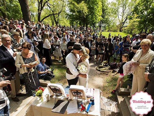 Канадец и украинка поженились в парке в Торонто