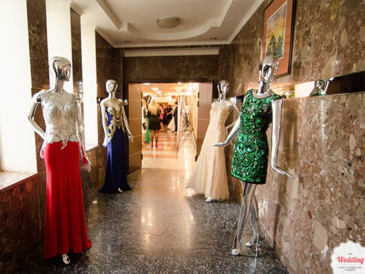 Гостей встречали манекены в вечерних платьях от Салона 'Гранд Ажур', Свадебный бал