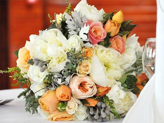 Элегантный букет из роскошных пионов и розы Остина