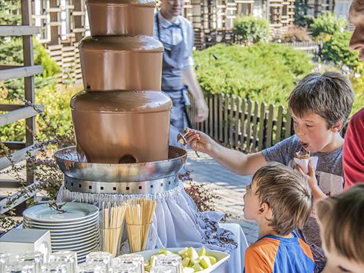 Дети купают в фонтане фрукты
