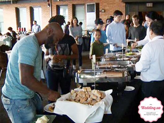 Бездомные возле стола с едой