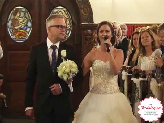 Невеста поет у алтаря