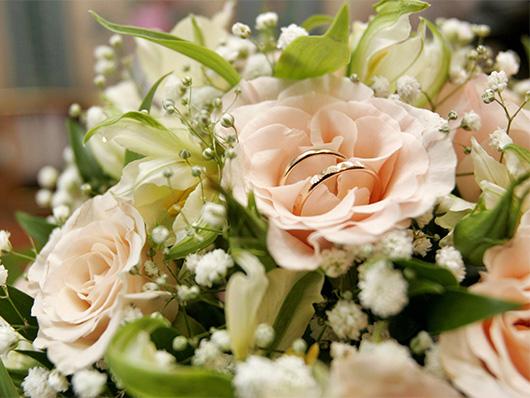 Розы с обручальными кольцами