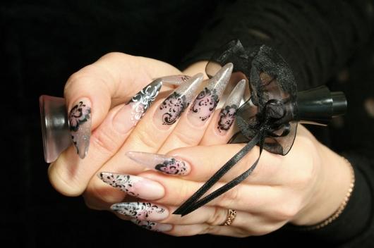 Идеи маникюра становятся все более изысканными: дизайн ногтей с кружевом, аппликациями, стразами, бусинками