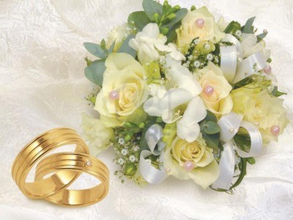 Обручальные кольца и букет