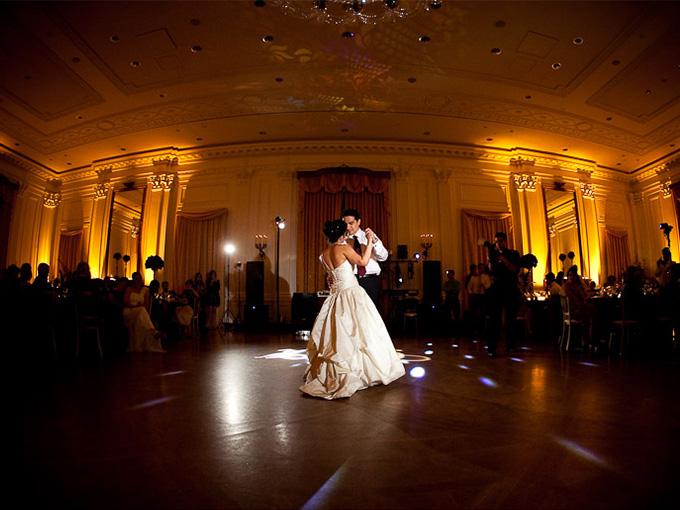 Свадебный танец молодожен