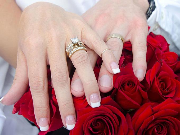 Обручки з дорогоцінними каменями. Що потрібно зробити в день весілля. На  який палець надягається ... ebf81db8ccabb
