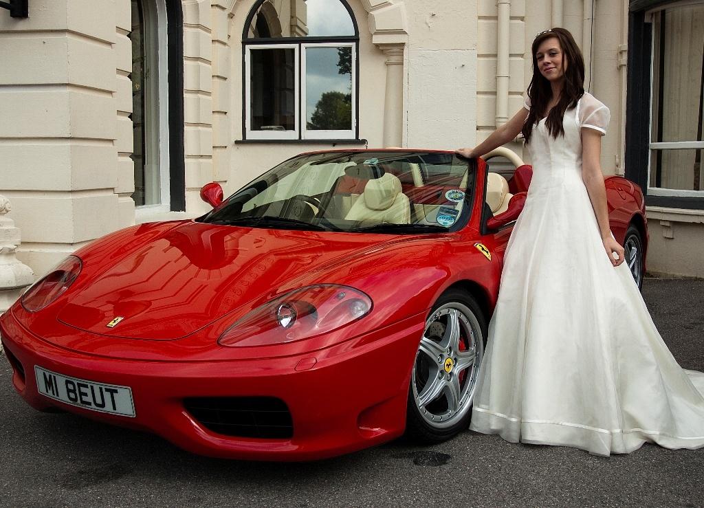 Красный свадебный автомобиль