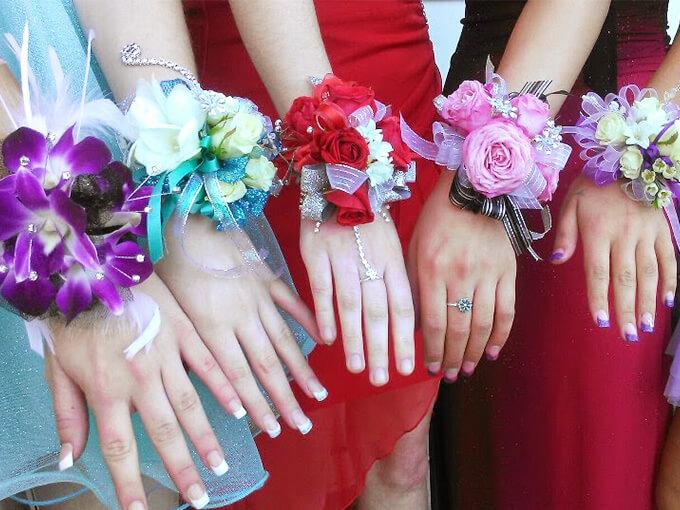 Бутоньерки подружкам на руку