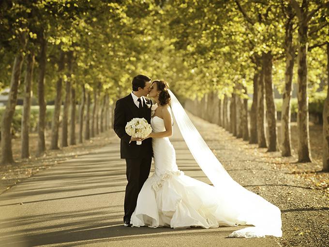 Свадебная фотография во время прогулки