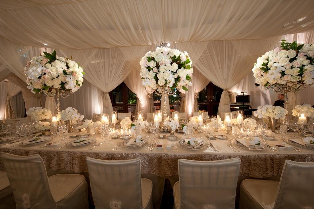 Банкетный зал для свадьбы в кремово-белых тонах