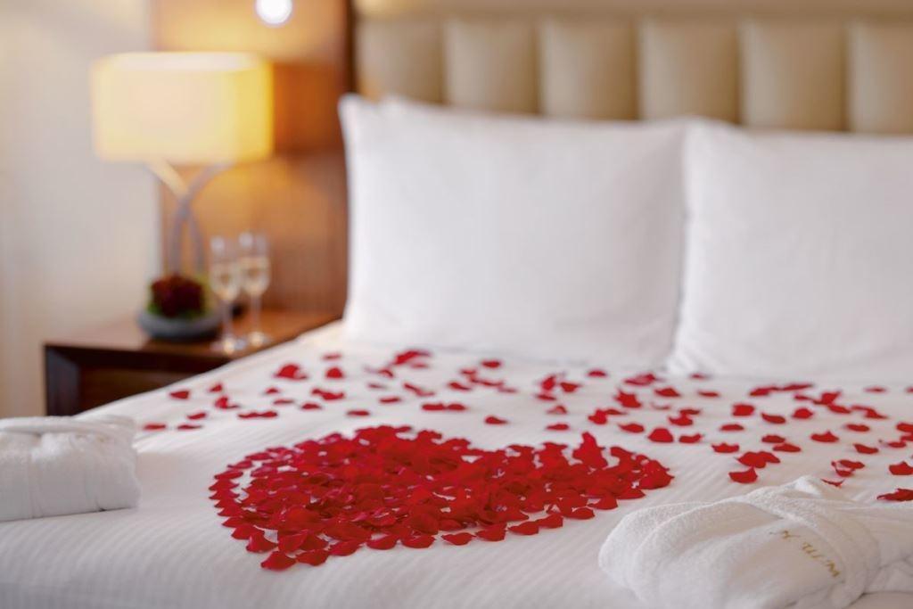 Первая брачная ночь в отеле, чем хорошо и чем плохо