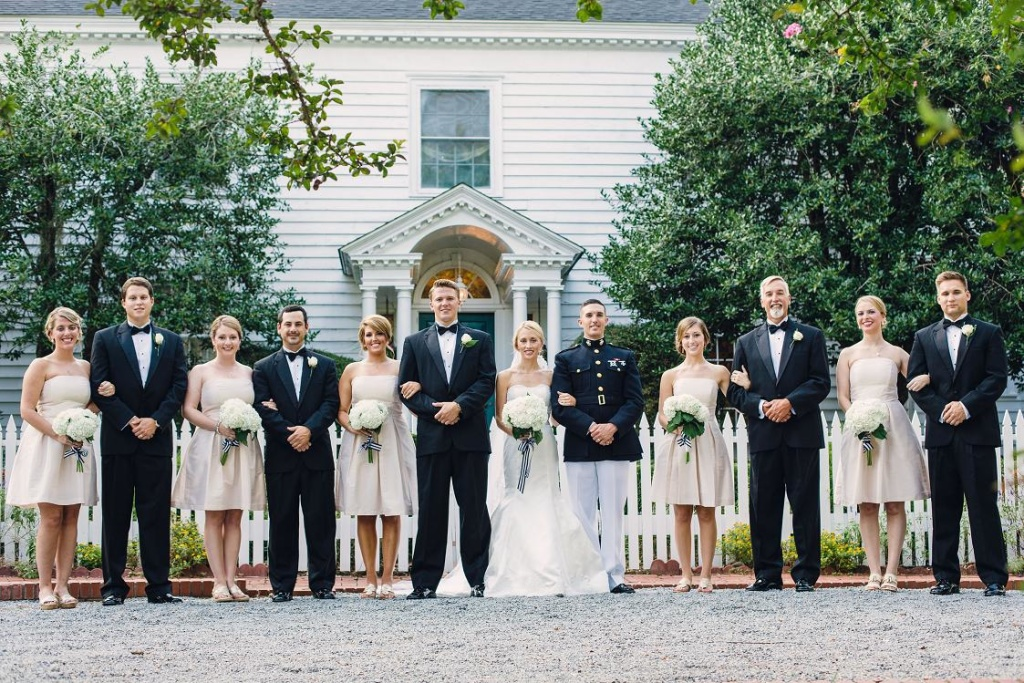 Усадьба как фон для свадебного фото