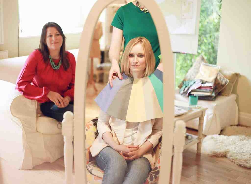 Стилист помогает выбрать гардероб