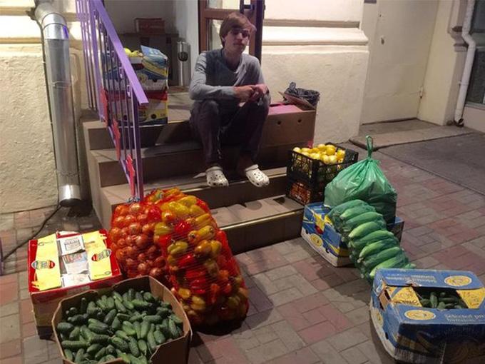 Жених самостоятельно покупал за день до праздника все овощи и фрукты