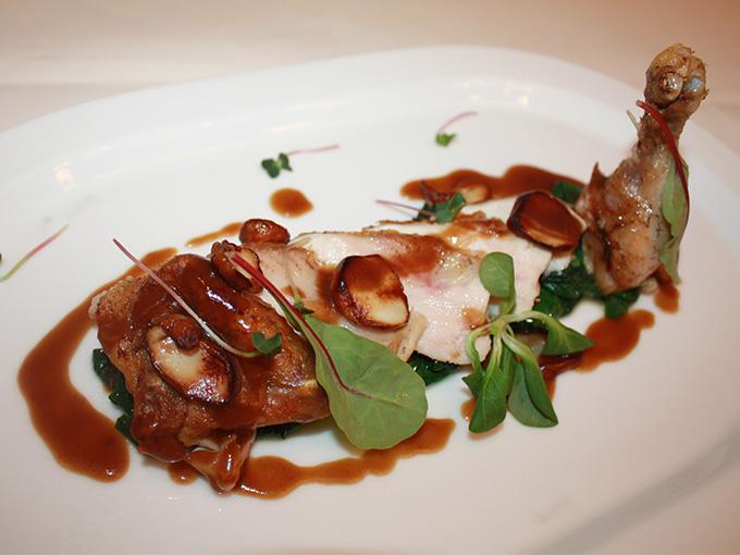 Сочный фермерский цыпленок, приготовленный сувид