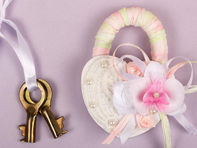 Намистини, стрічки та інші прикраси на замочку на весілля