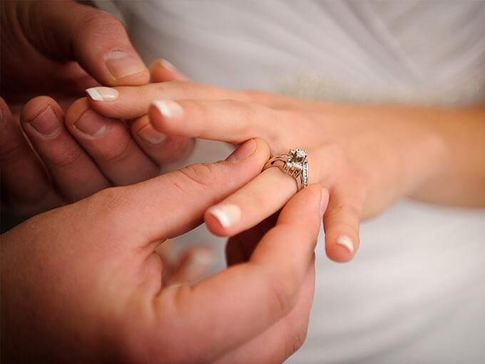Одягання обручки на безіменний палець лівої руки