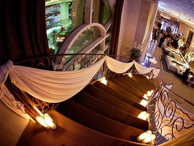 Оформление лестницы на свадьбу