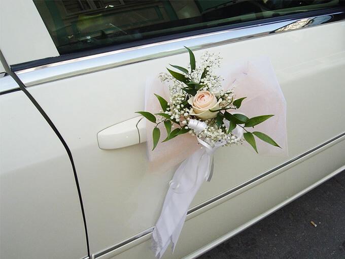 Украшение ручек свадебного авто