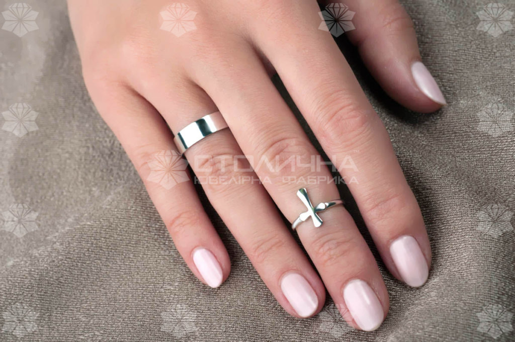 Обручальное кольцо и украшение на пальце