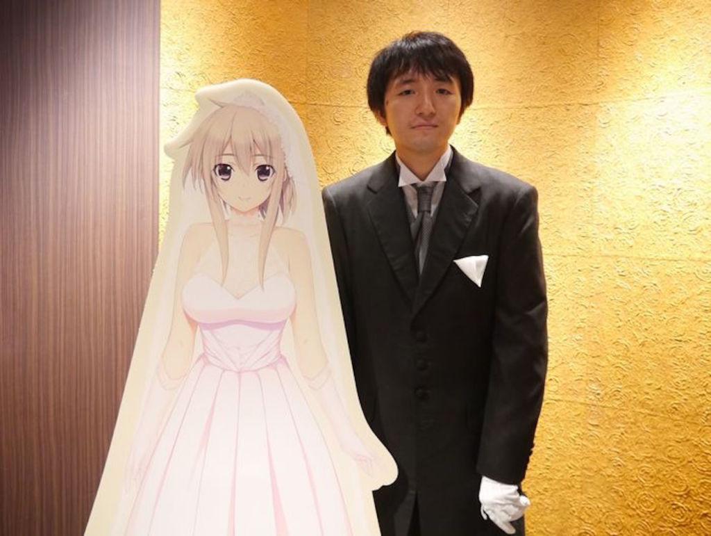 Японец женился на девушке-аниме