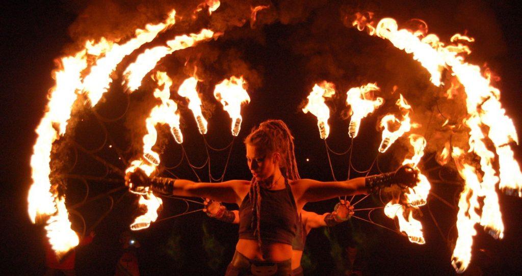 Вечернее огненное шоу