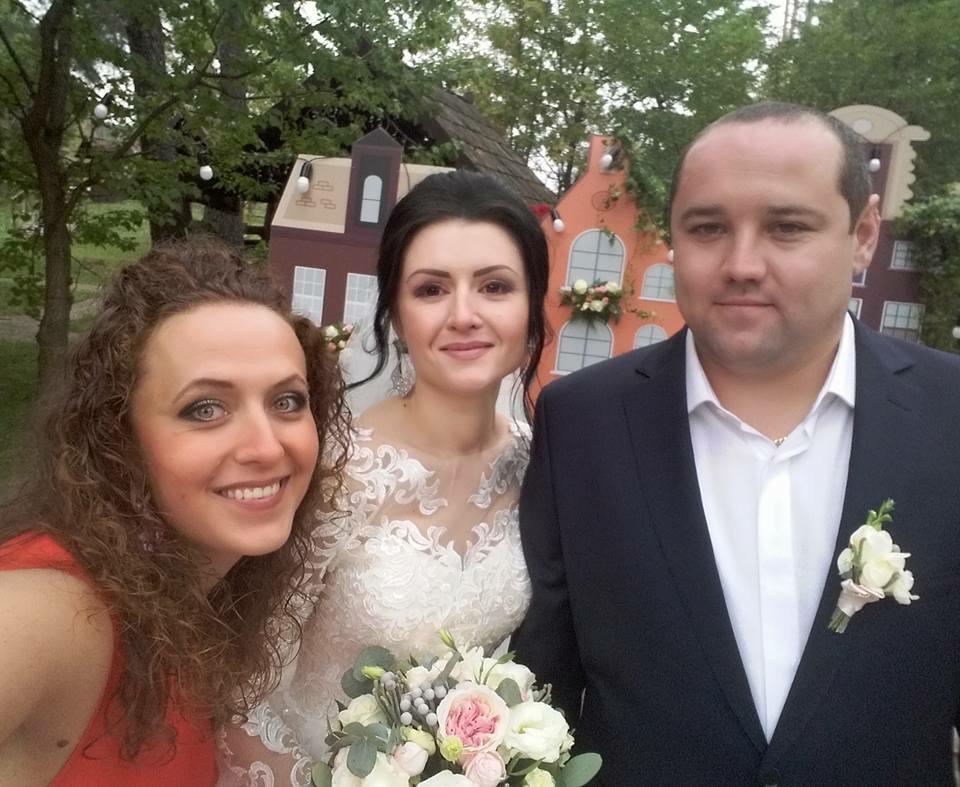 Ведущая Евгения Гулянкина и молодожены Инна и Саша