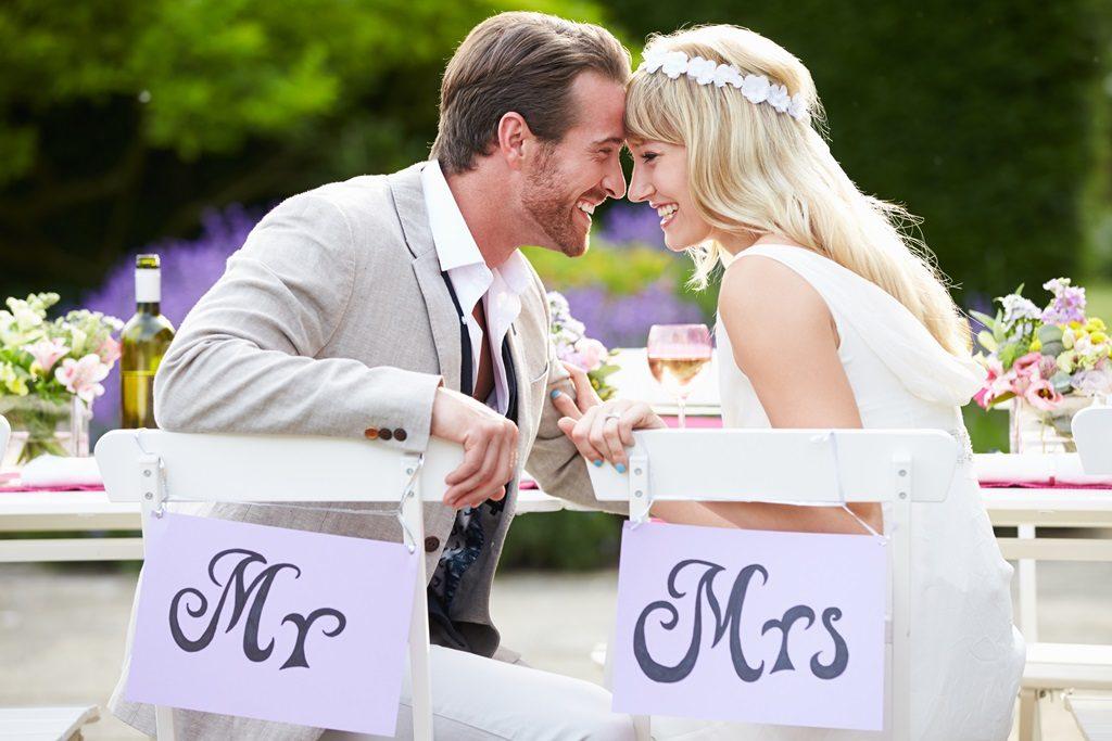 Жених и невеста за столом