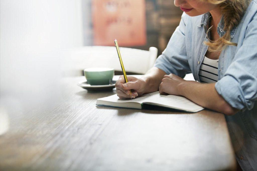 Девушка пишет любовное письмо