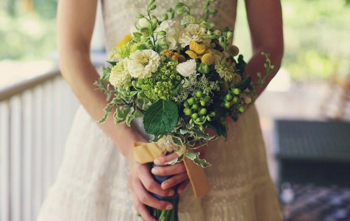 Сезонные цветы в свадебном букете