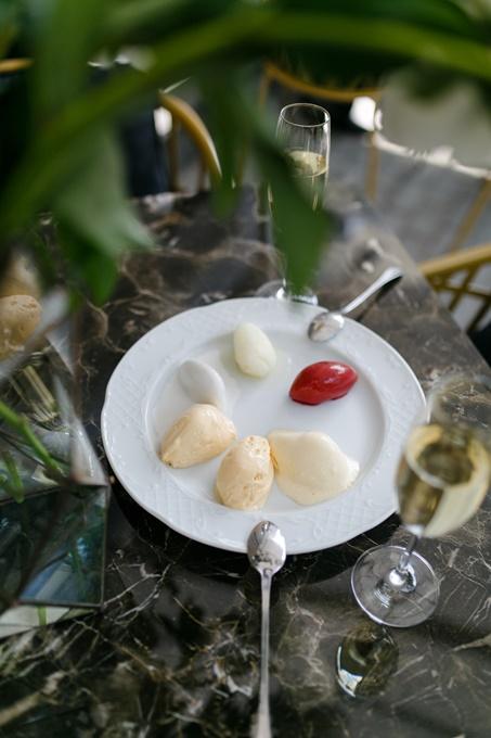 Освежающие десерты на элегантной летней террасе ресторана DOM №10.