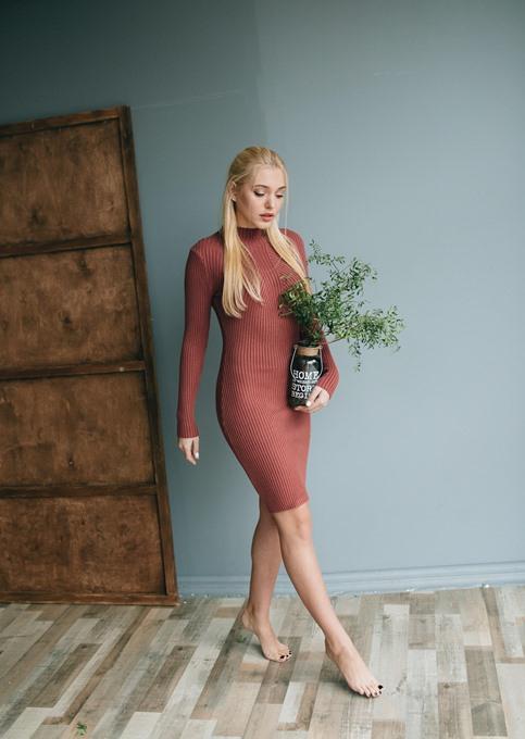 Стиль Ким Кардашьян: платья-водолазки, которые подчеркивают фигуру