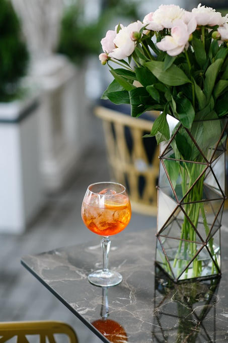 Уютная и атмосферная летняя терраса ресторана DOM №10