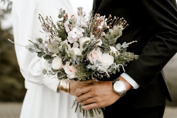 Что будет, если подарить на свадьбу часы: приметы и суеверия